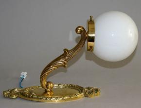 STAROZITNA NASTENNA LAMPA LITA MOSAZ HISTORISMUS OPALOVE BILE SKLO KOULE LAMPICKA