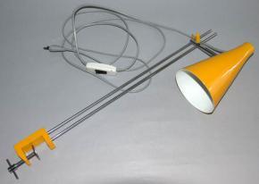 STARA RETRO STOLNI LAMPA S UPINANIM KE STOLU ZLUTY KOV CHROM JOSEF HURKA BRUSEL LIDOKOV