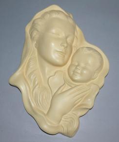 starozitna zavesna plastika svata marie s ditetem jemna keramika kremova glazura