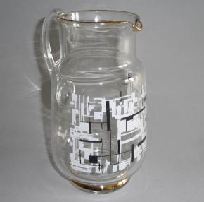 starozitny dzban na vodu brusel cire sklo cernobily vzor