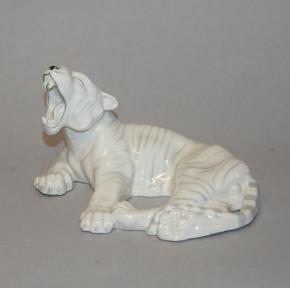 starozitna plastika lezici bily tygr porcelan made in germany