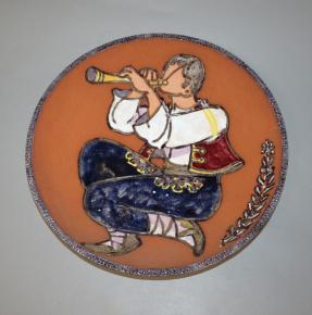 starozitny zavesny talir chlapec sohaj s pistalkou glazovana keramika l baranek